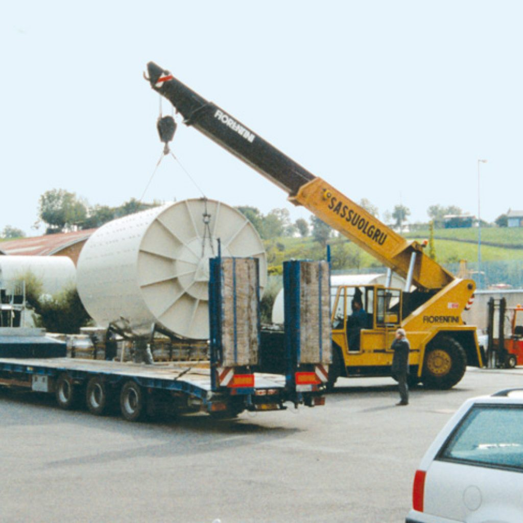 Loading nr. 4 second-hand regenerated mills with a capacity of 34,000 litres